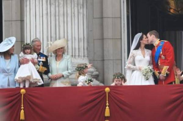 Will & Kate Kiss on Balcony