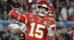 Chiefs Mahomes Agree to 10-year, $503 Million Extension